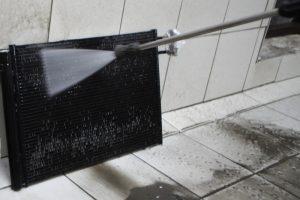 В ходе эксплуатации автомобиля в тяжелых условиях, радиаторы системы охлаждения и кондиционера забиваются грязью, что приводит к перегреву двигателя и понижению эффективности работы системы кондиционирования, но в основном из за перегрева страдает АКПП.